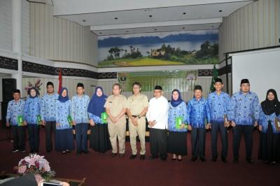 Gubernur Irwan Prayitno Menyerahan SK Kenaikan Pangkat Periode April 2020 dan SK CPNS Menjadi PNS Formasi Tahun 2018